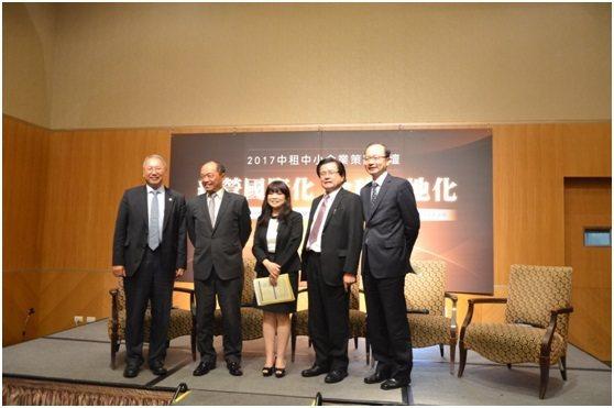 由左至右:中租迪和(股)公司總經理侯明欽、外貿協會國際行銷諮詢中心副主任陳廣哲、...