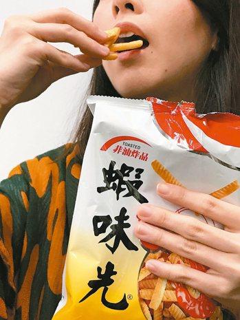 高雄市衛生局查獲老牌零食蝦味先以過期原料製造。 記者陳易辰/攝影