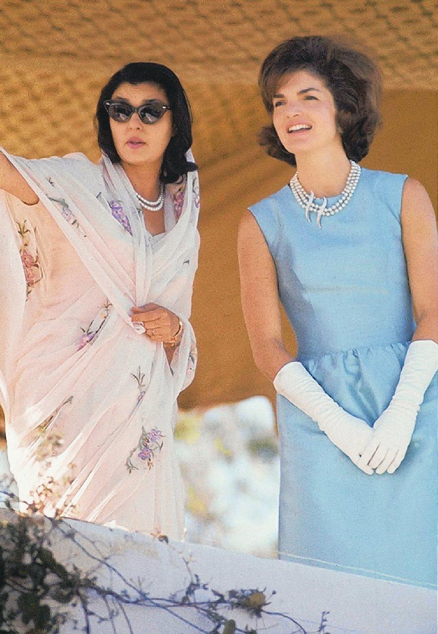 賈桂琳甘迺迪穿著天藍色洋裝出訪印度。