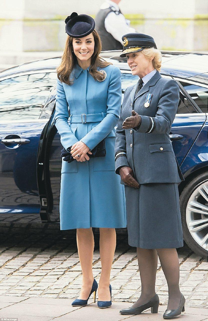 凱特密道頓以Alexander McQueen藍色套裝出席多場活動。