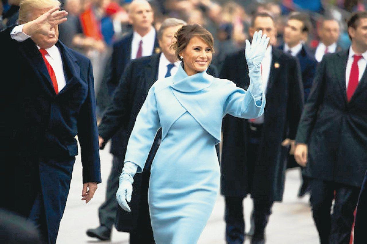 梅蘭妮亞在川普的就職典禮上穿Ralph Lauren天藍色套裝。