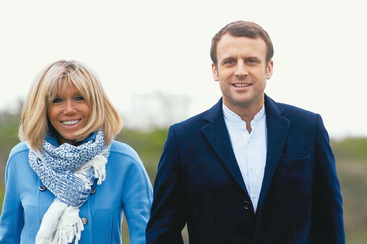 法國新任總統馬克宏夫人布莉姬很常穿藍色服裝。