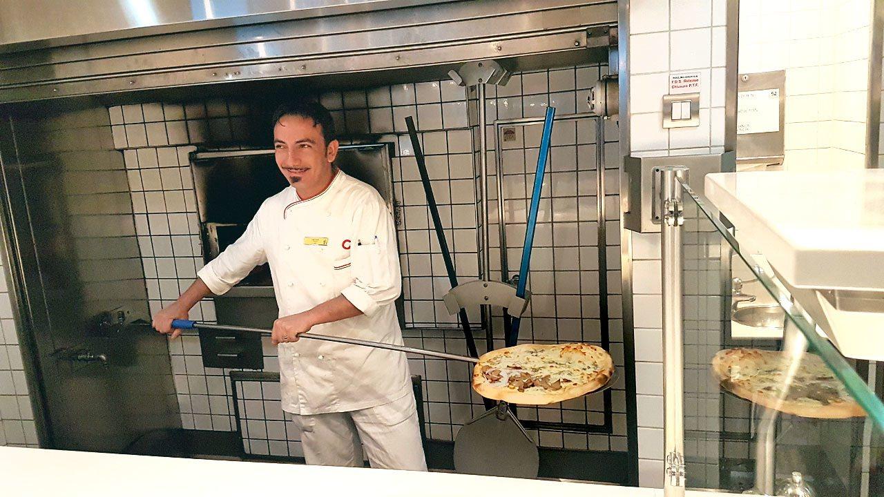 卡普裏披薩餐廳,讓旅客在船上也能吃到用炭火烤的熱騰騰披薩。</br>