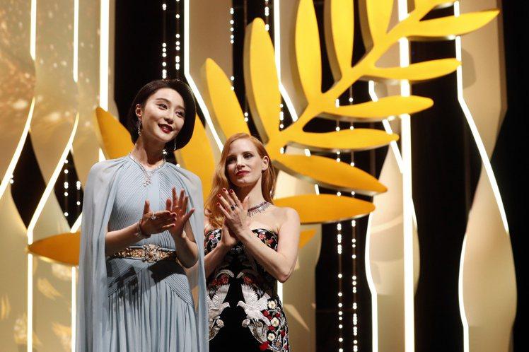 范冰冰(左)一襲水藍色禮服仙氣十足,展現時尚優雅風,圖右為女星潔西卡崔斯坦。圖/...