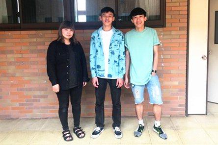 室內設計系顏翊晏(左起)、賴允翔與張祐源認為,都市露營是一種把自己滲漏進城市裡的...