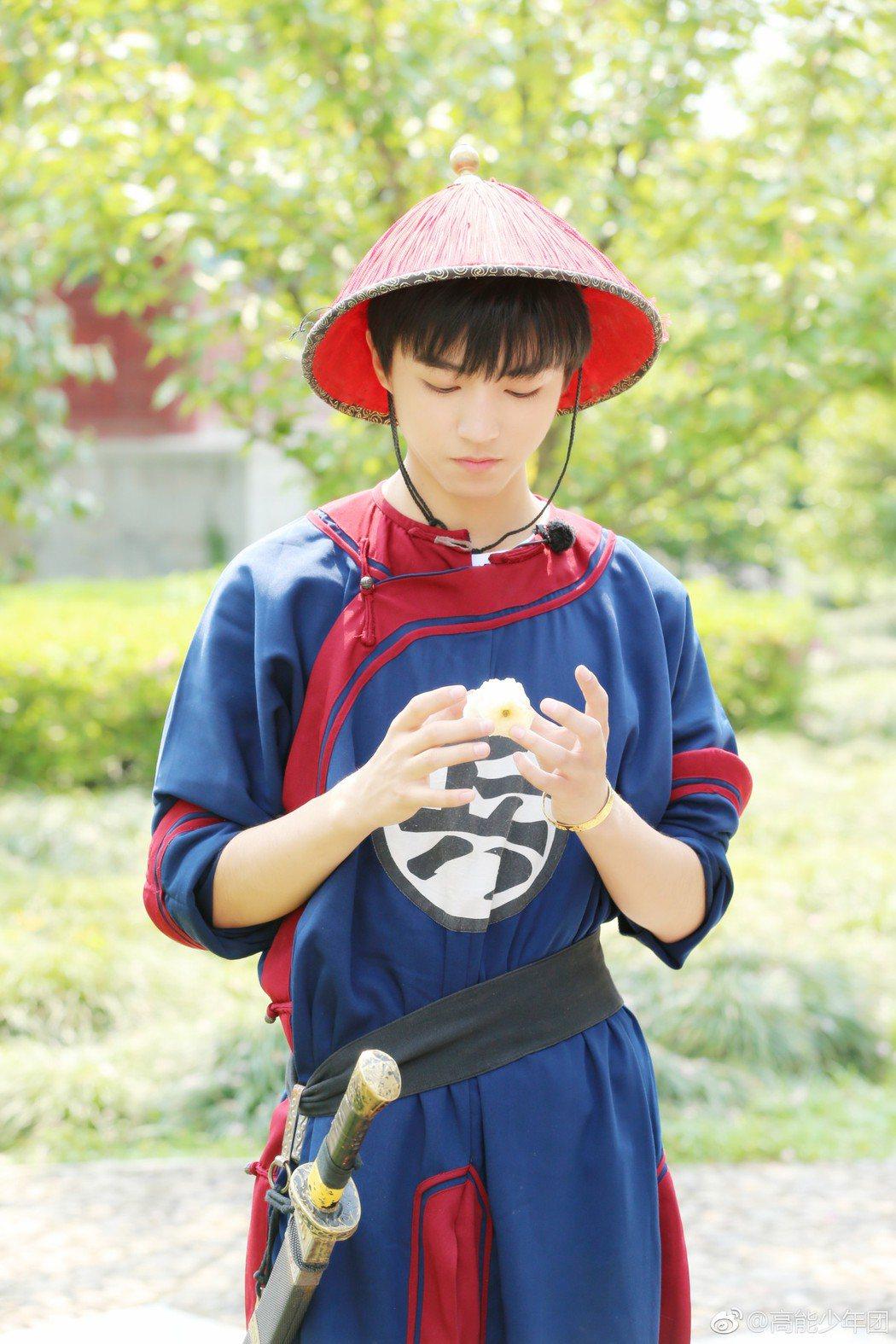 TFBOYS王俊凱在真人秀中,手戴金鐲子、金戒指,網友看了頻頻喊「土豪」。 圖/...