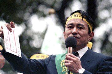 1990年,擔任反六輕總領隊的立委陳定南,要求王永慶正視宜蘭縣民的訴求。 圖/聯合報系資料照