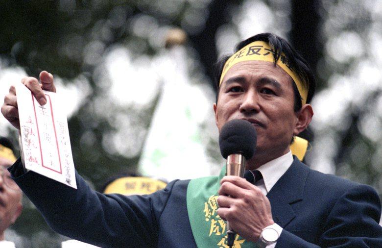 1990年,擔任反六輕總領隊的立委陳定南,要求王永慶正視宜蘭縣民的訴求。 圖/聯...