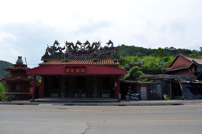 位於公墓區的聖湖城隍廟。 圖/作者自攝