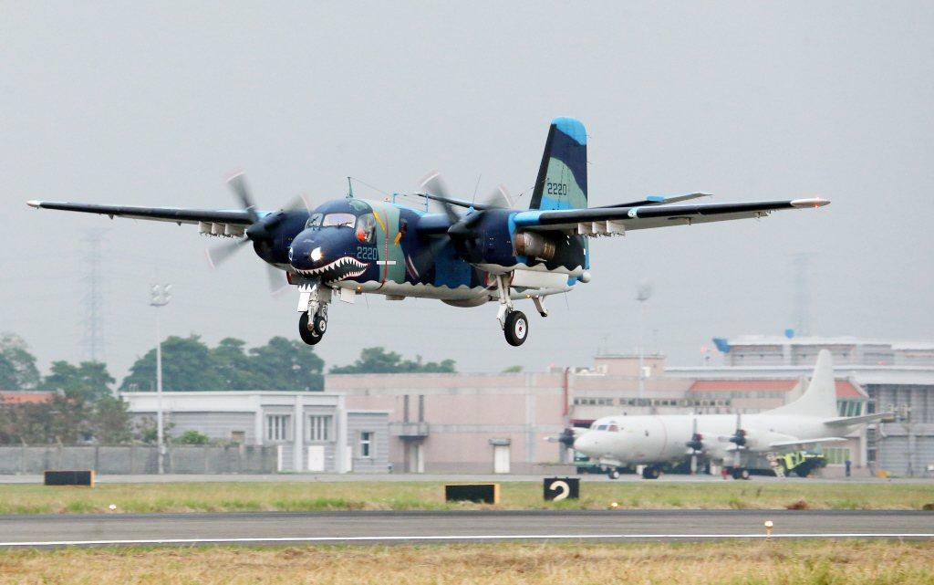 S-2T反潛機(前)退役後,國內空中反潛的重擔將由P-3C反潛機(後)挑起大任。...