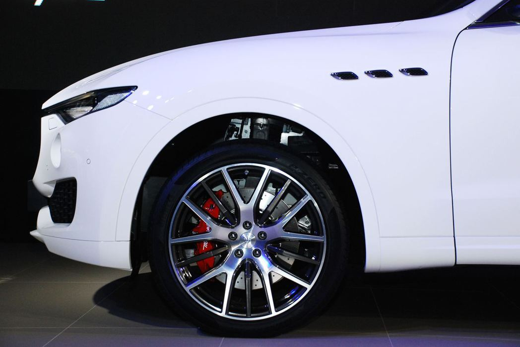 20吋鋁合金輪圈,搭配紅色煞車卡鉗。圖/記者林昱丞攝影