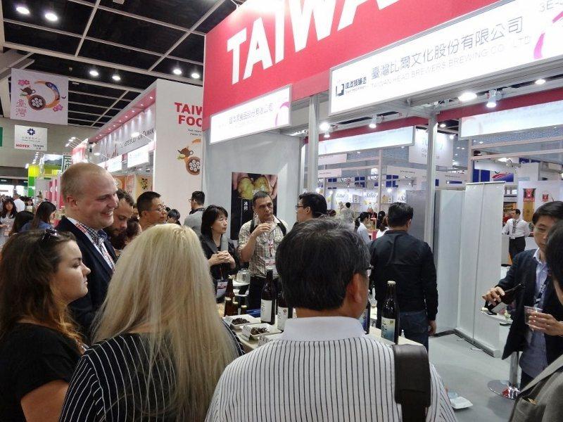 台灣比爾公司,在香港食品展展出台灣古早味「冬瓜茶啤酒」及茶葉口味啤酒,獨具特色的...