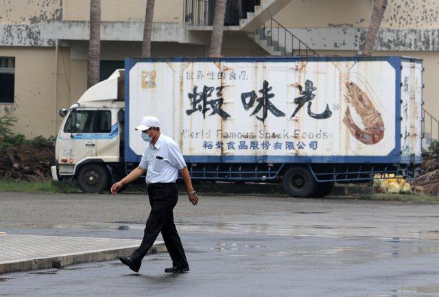 蝦味先被查出使用過期原料,裕榮食品公司員工無奈。記者劉學聖/攝影