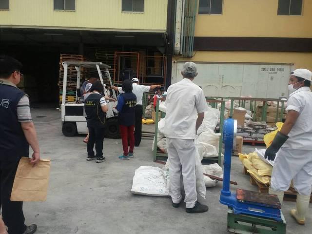 高雄市衛生局會同檢警到蝦味先工廠稽查。