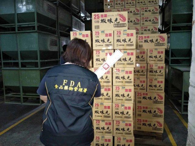 老牌零食「蝦味先」出包,食藥署18日表示,裕榮食品涉嫌以過期原料生產產品,令全台20日凌晨12時前完成下架。圖為現場封存狀況。