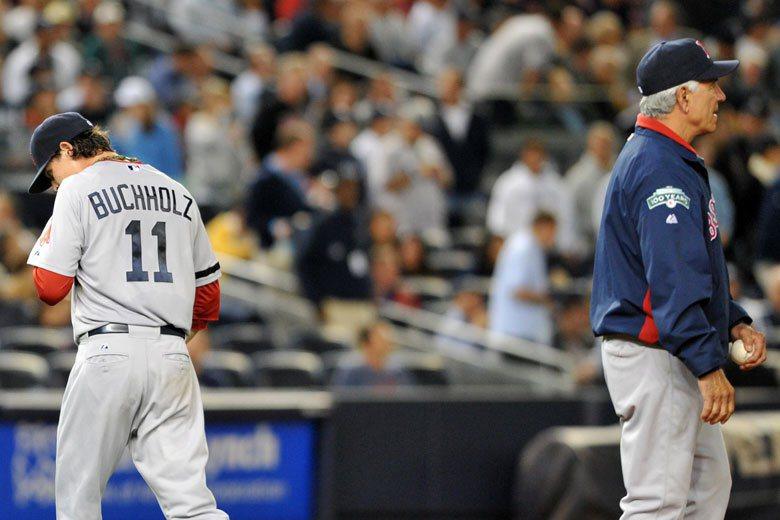 紅襪在2012球季末士氣低落到極點,10月1日對洋基之戰,先發投手巴克霍茲(左)...
