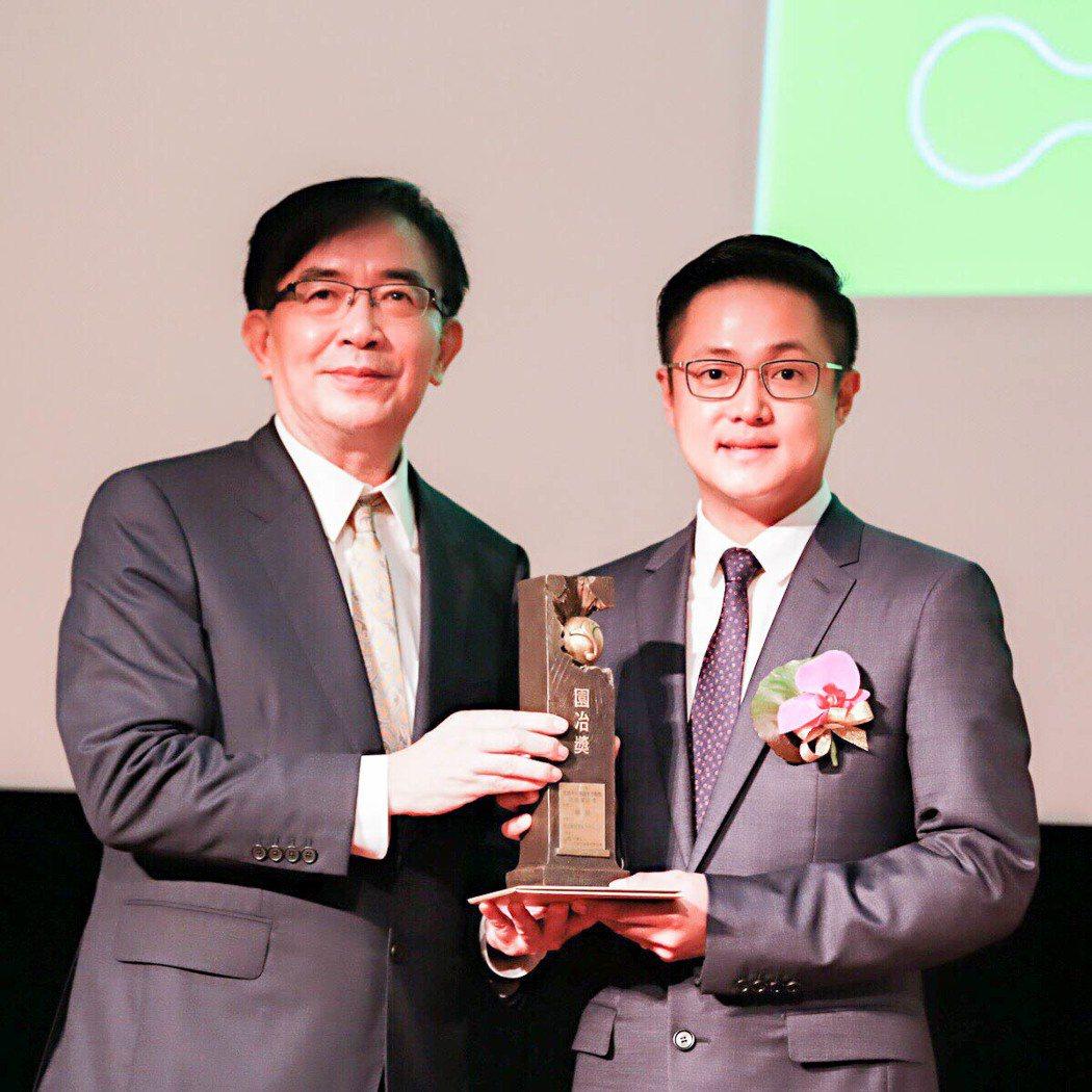 華友聯開發今年以「華悅」獲園冶獎,董事長陸炤廷(右)親自領獎。 攝影/張世雅