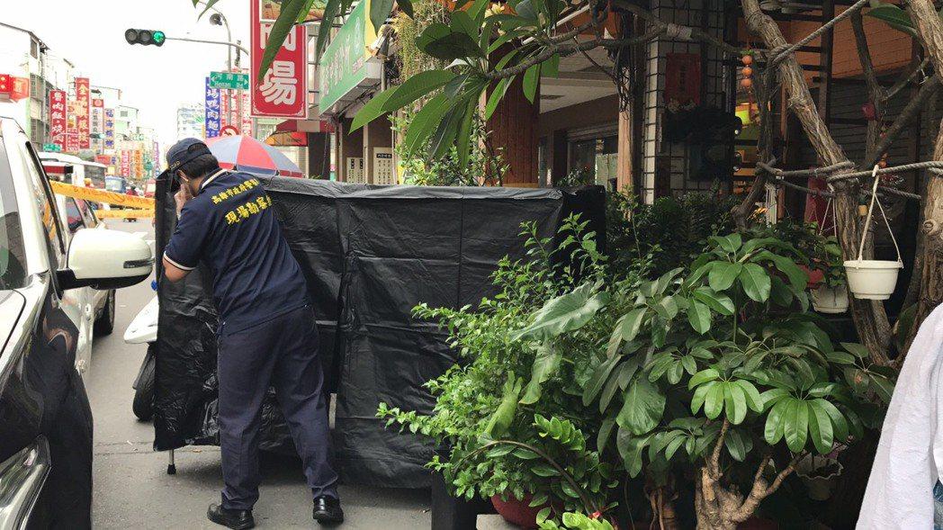 高雄市苓雅區發生斷頭命案,警方正以大體帷幕蓋住滾落路邊的頭顱。記者蕭雅娟/攝影