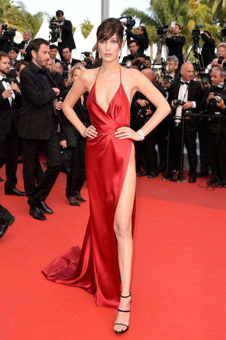 貝拉哈蒂德穿極度艷麗性感的Alexandre Vauthier禮服。圖/取自pi...