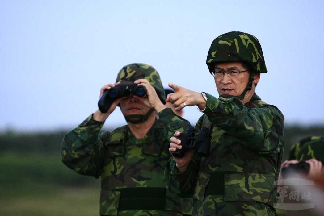 陸軍司令任內的嚴德發,視察部隊演習。(軍聞社資料照)