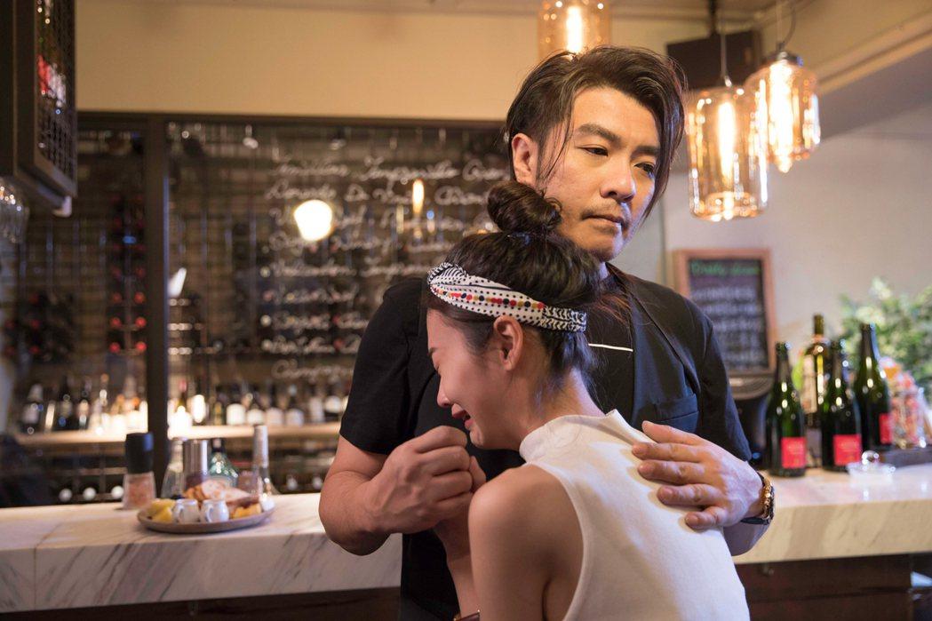 阿杜親密摟MV女主角。圖/種子音樂提供