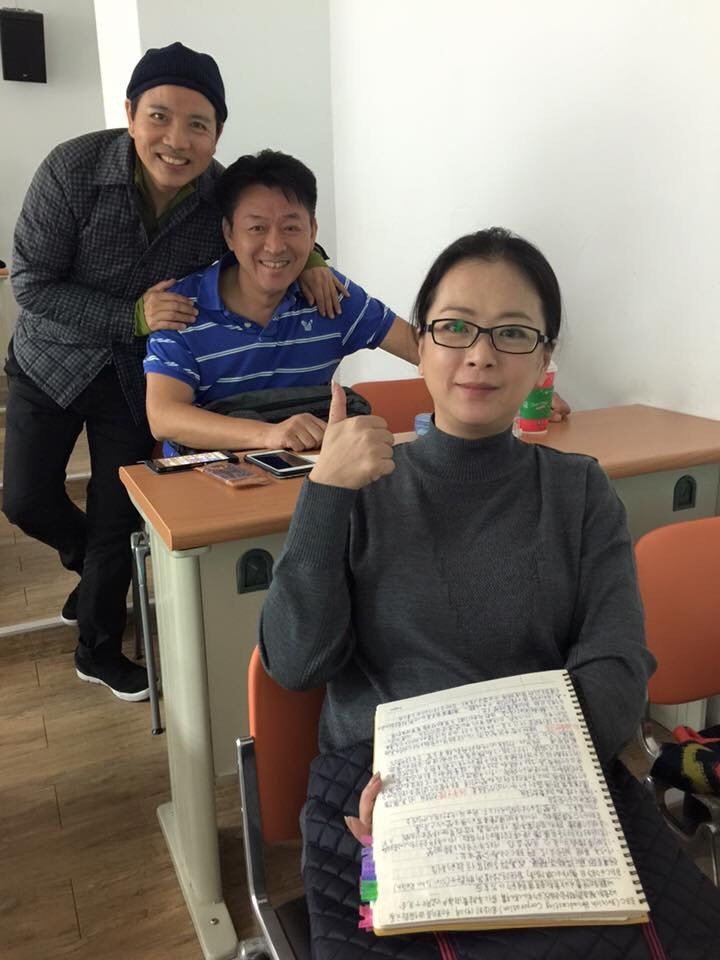 趙永馨(前起)和庹宗華、陳凱倫(後)是台藝大同班同學,今年趙和陳雙雙考上碩士班。...