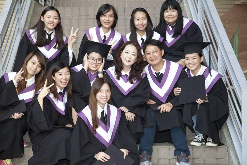 趙永馨(中排右三)今年從台藝大畢業,又考上碩士班。圖/摘自臉書