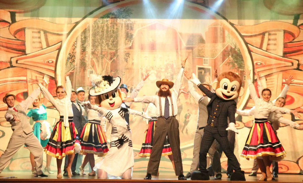 美國牛排館美國復古「黃金時代」歌舞精彩絕倫的表演,帶給遊客味覺與視覺的雙重感受。...