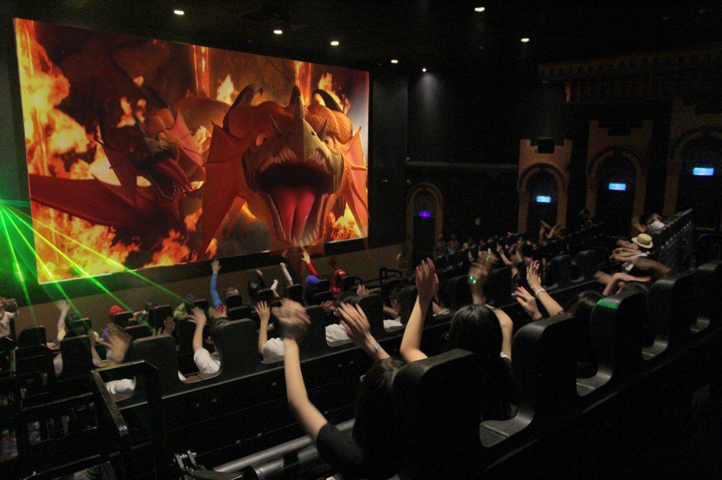園區最受歡迎的「5D哈比哈妮大冒險.魔宮奪寶」數位互動體感劇院,可百人同場體感互...