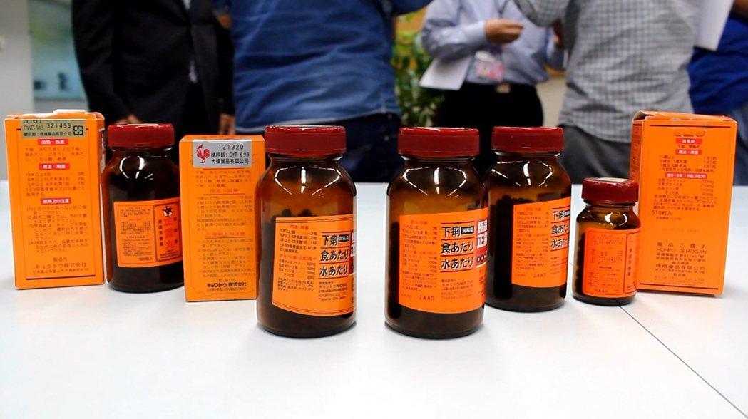 真的正露丸(右起3瓶)在瓶身標籤上有批號,假的(左起2瓶)則沒有。記者林麒瑋╱攝...