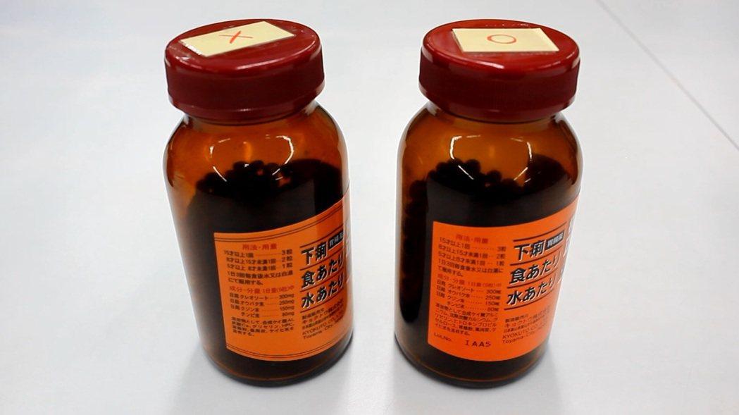 真的正露丸(右)在瓶身標籤上有批號,假的(左)則沒有。記者林麒瑋╱攝影
