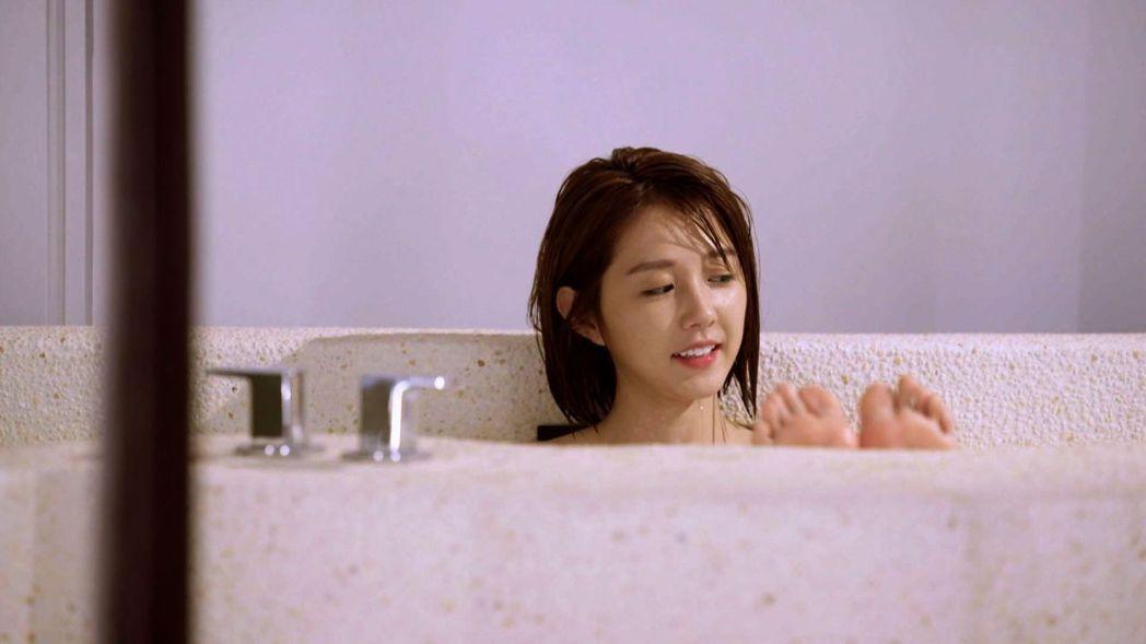 邵雨薇拍洗澡戲。圖/三立提供