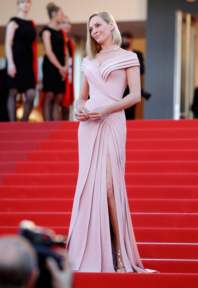 鄔瑪舒曼穿著Atelier Versace禮服出席第70屆坎城影展開幕紅毯。圖/...