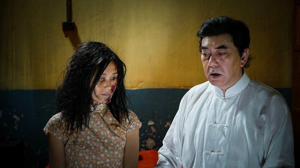 香港女星衛詩雅在「失眠」中犧牲扮醜超嚇人。右為黃秋生。圖/華映提供