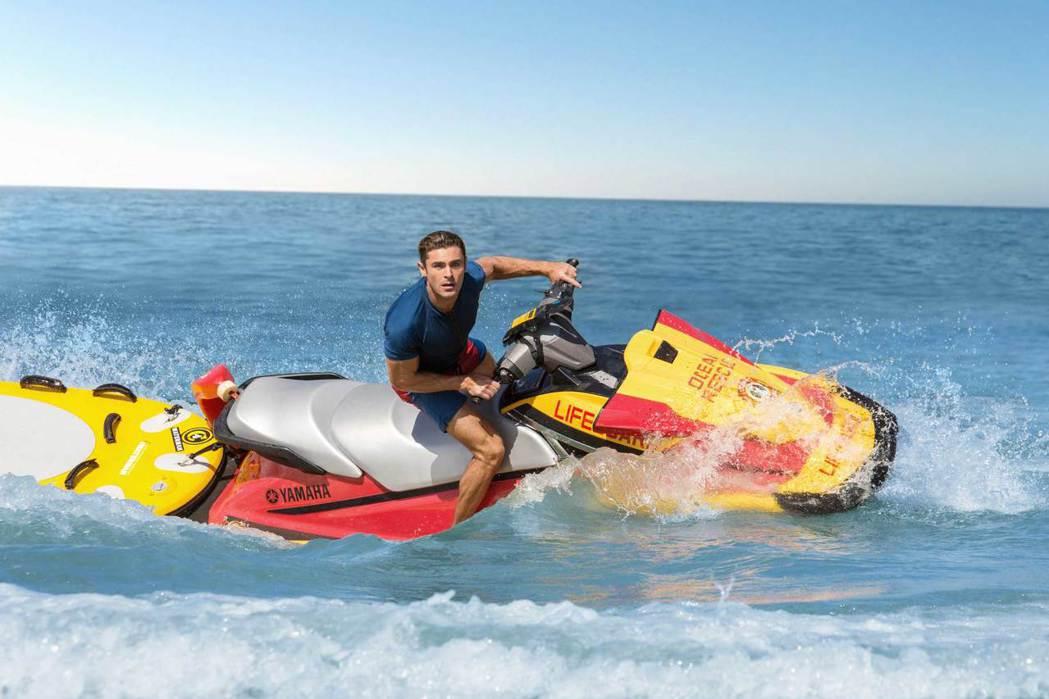 「海灘救護隊」由巨石強森和柴克艾弗隆(圖)領銜主演。圖/UIP提供