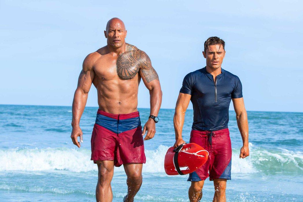 「海灘救護隊」由巨石強森(左)和柴克艾弗隆領銜主演。圖/UIP提供