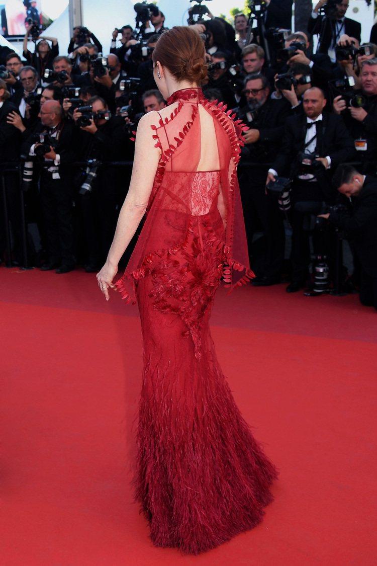 茱莉安摩爾一轉身展現了Givenchy紅色禮服的性感。圖/Givenchy提供