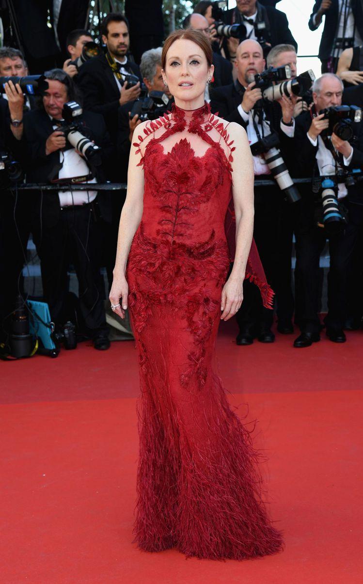 茱莉安摩爾以Givenchy高級訂製服展現優雅氣度。圖/Givenchy提供