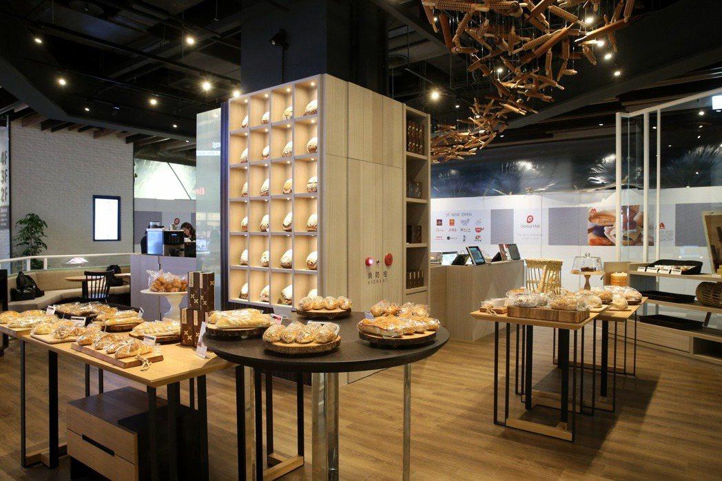 國賓麵包房林口店籌備210天,天花板以210根擀麵棍裝飾。記者陳立凱/攝影