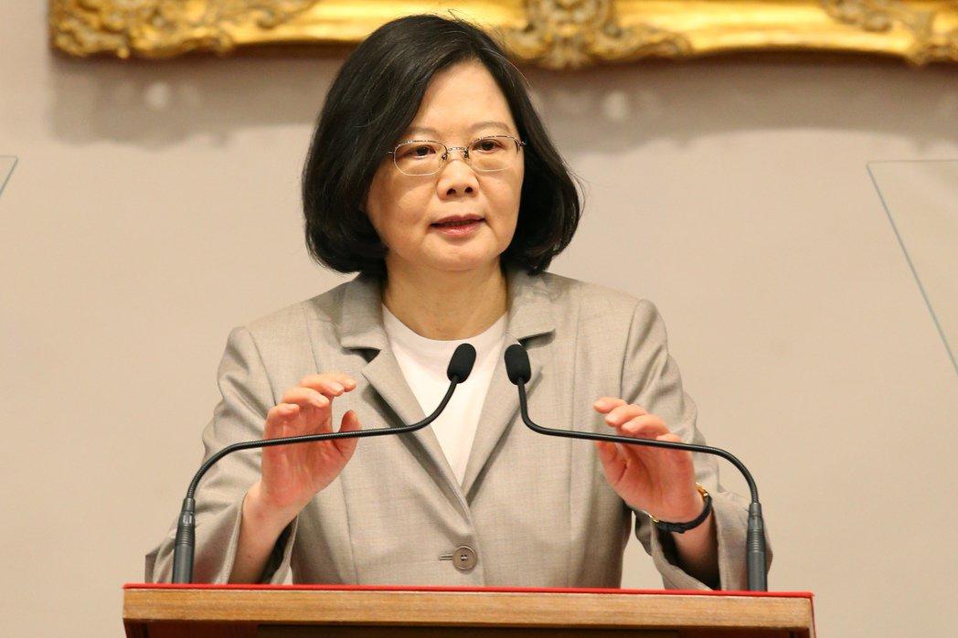 蔡英文總統表示民調的起伏是預料中的事,「我不是為民調做事,我是為台灣做事。」記者...