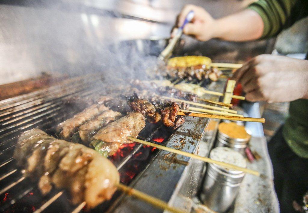國人飲食西化,飲食中攝取過多紅肉及缺乏運動,是大腸癌發生率暴增的主因之一。 本報...