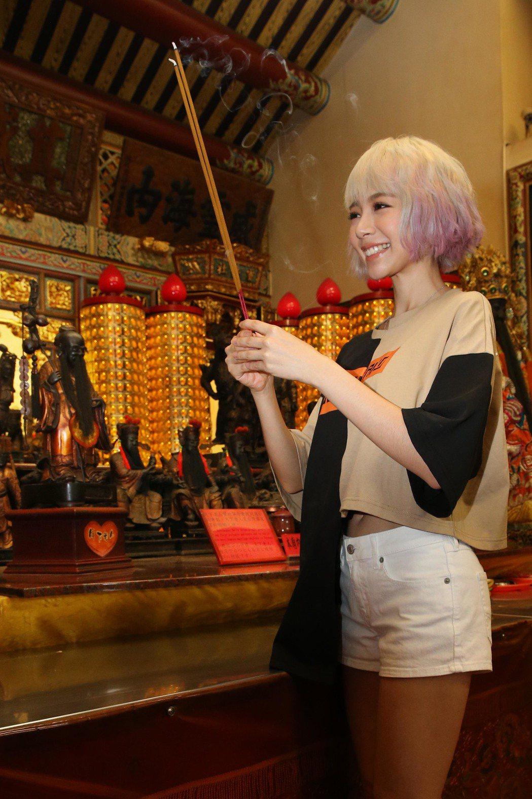 林明禎體驗霞海城隍廟拜月老。記者林俊良/攝影