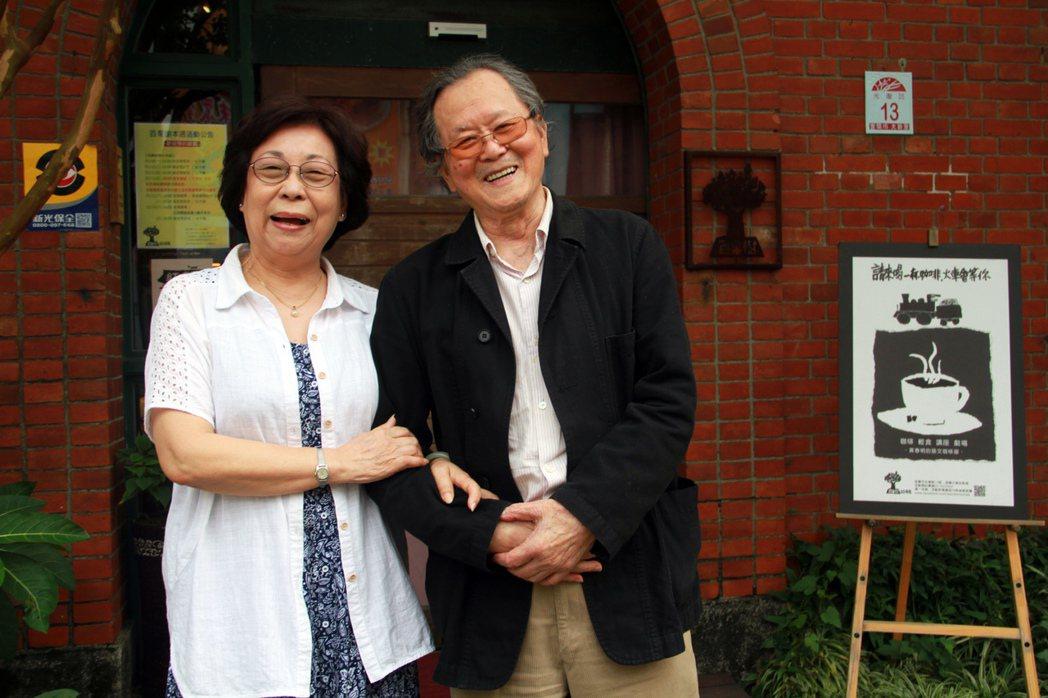 作家黃春明(右)與太太林美音。 記者羅建旺/攝影