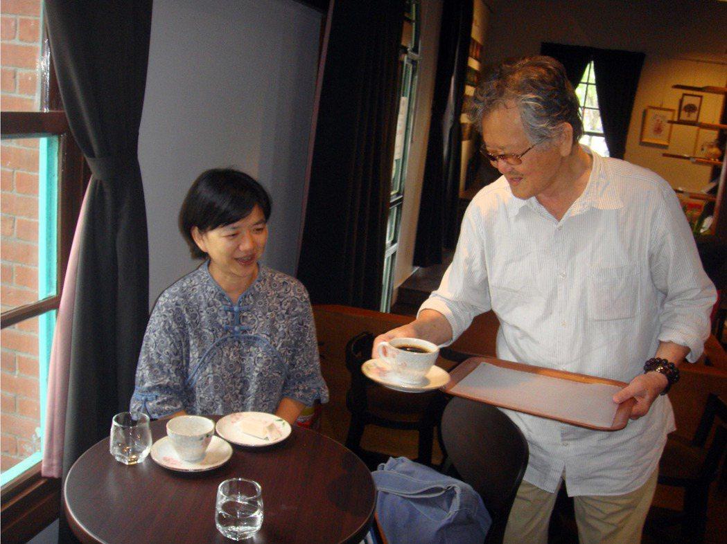 文學大師黃春明會出現在百果樹紅磚咖啡屋,幫客人送上咖啡,讓人驚喜。 圖/報系資料...