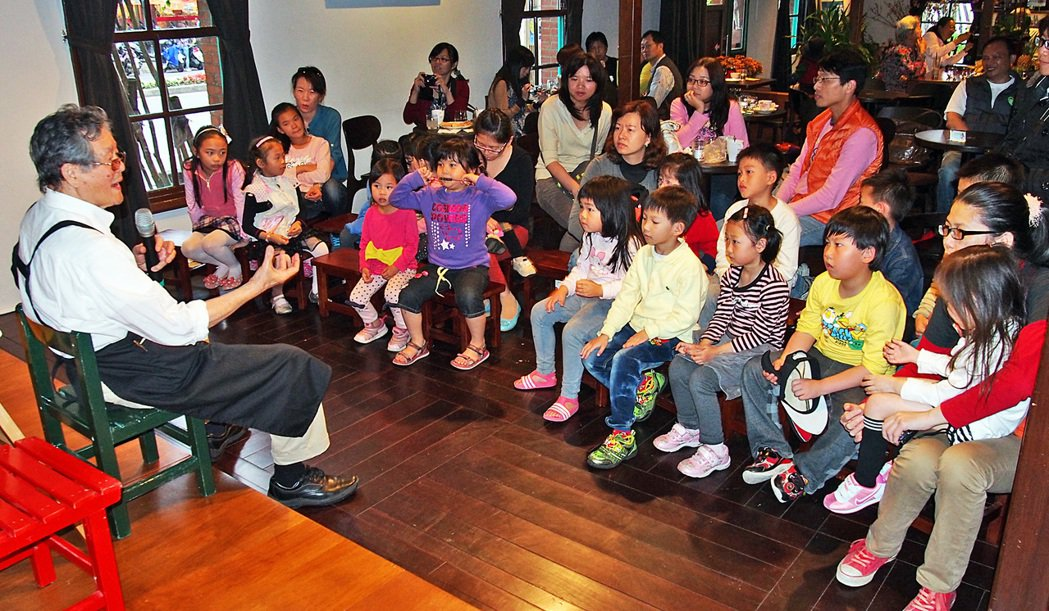 「黃爺爺」黃春明在百果樹紅磚屋講故事,孩子聽得入神。 圖/報系資料照