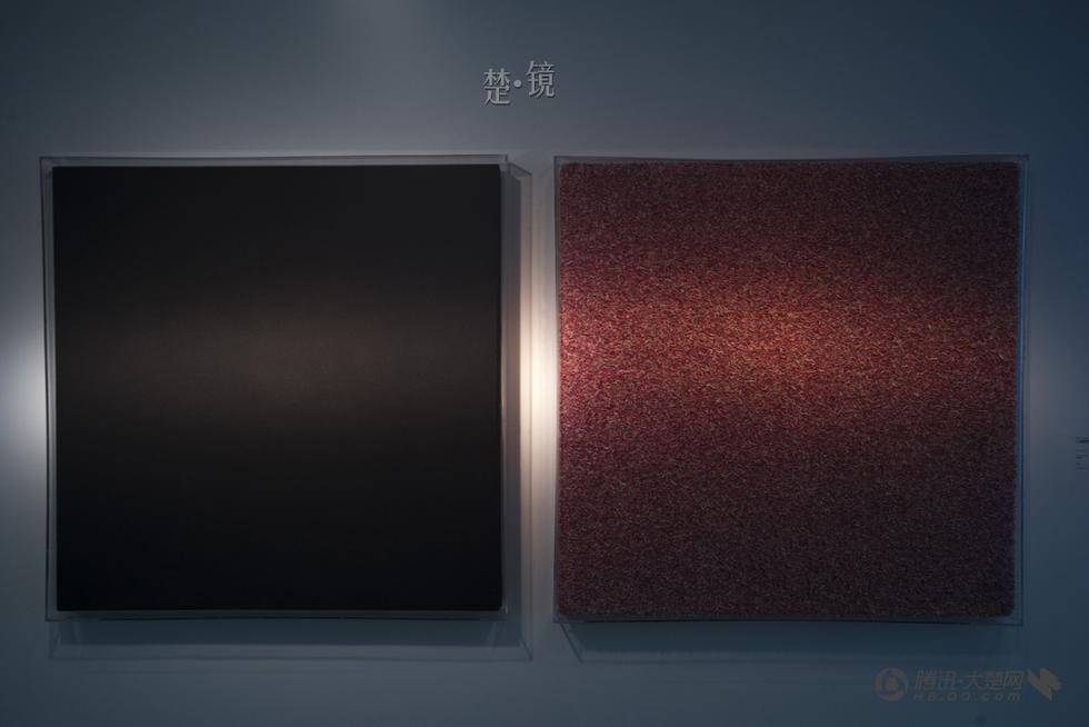 柯明採用人民幣的灰、碎屑兩種狀態進行創作;左邊為灰,右邊是碎屑。 (大楚網)