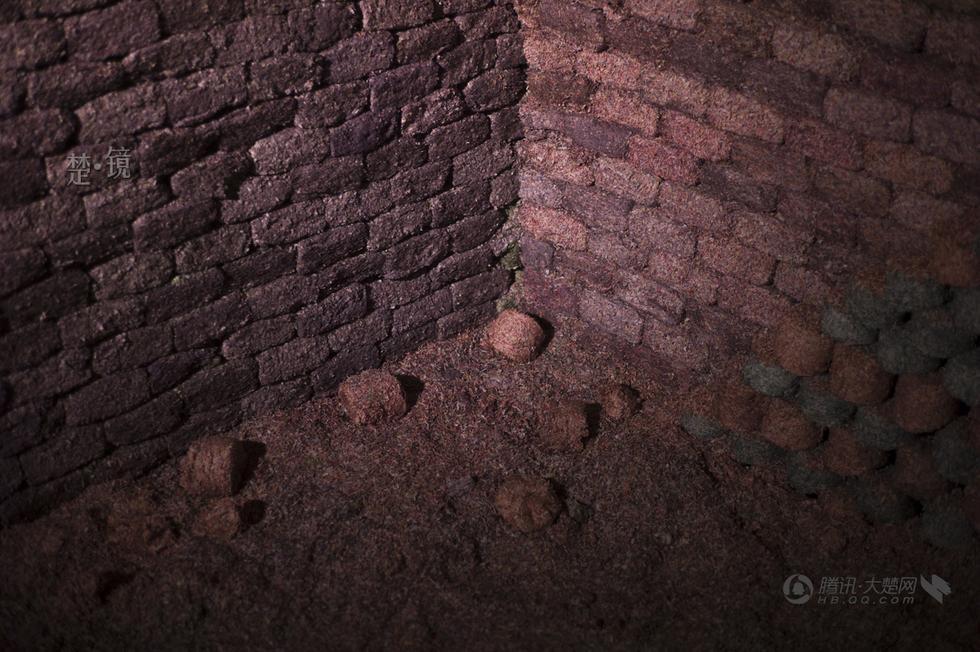 人民幣灰燼砌成的牆角一景。 (大楚網)