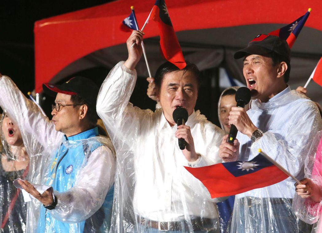 國民黨主席選前之夜,郝龍斌(中)在自由廣場前舉辦音樂晚會,邀請到前總統馬英九(右...