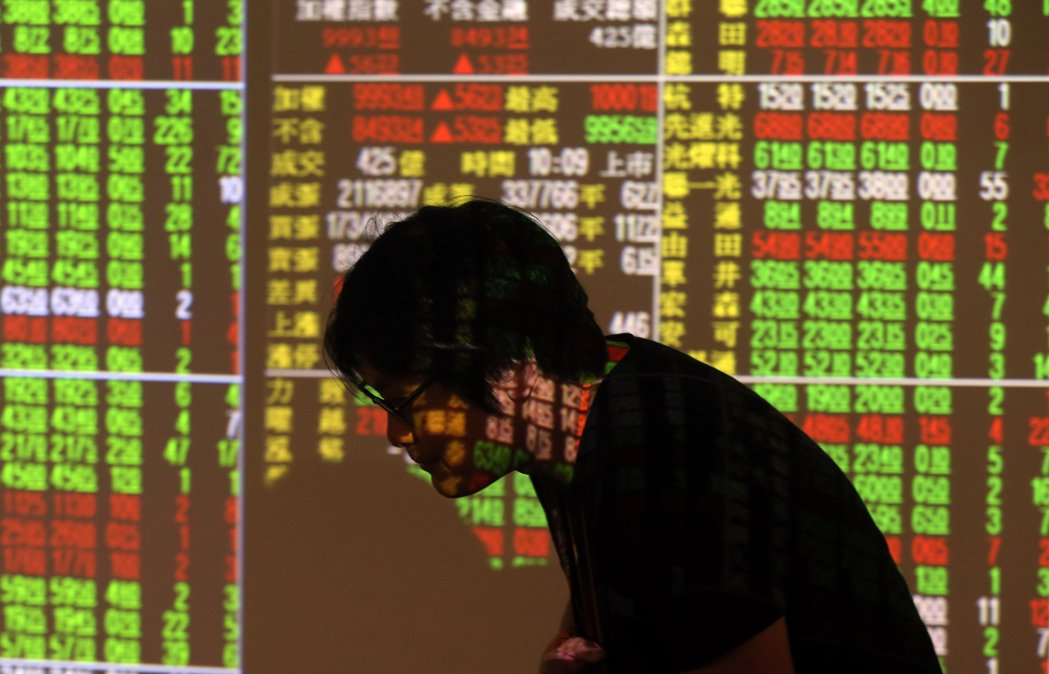 台股加權股價指數19日收盤下跌21點,收在9,947點今日最低,成交金額縮小為6...