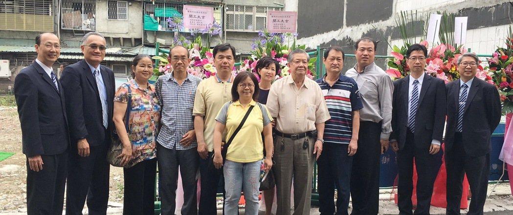 瑞興銀行助萬華寶興街客戶老宅更新,開工動土與住戶合影。 瑞興銀/提供